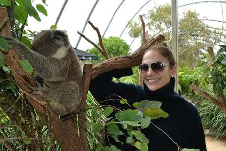 La actriz y cantante Jennifer López junto a un koala en Sydney Australia en una fotografía tomada el 15 de diciembre de 2012 proporcionada por el Zoológico de Sydney el lunes 17 de diciembre de 2012. López conversó con The Associated Press desde Australia donde se encontraba para un concierto en la Arena Allphones.