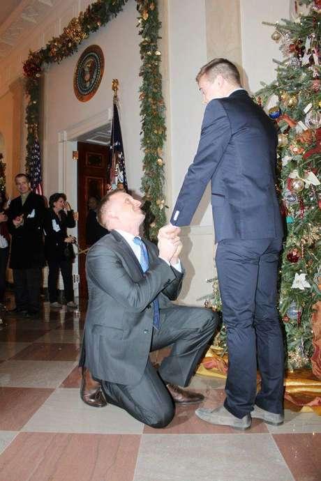 Matthew Phelps se ajoelha para pedir o parceiro Ben Schock em casamento