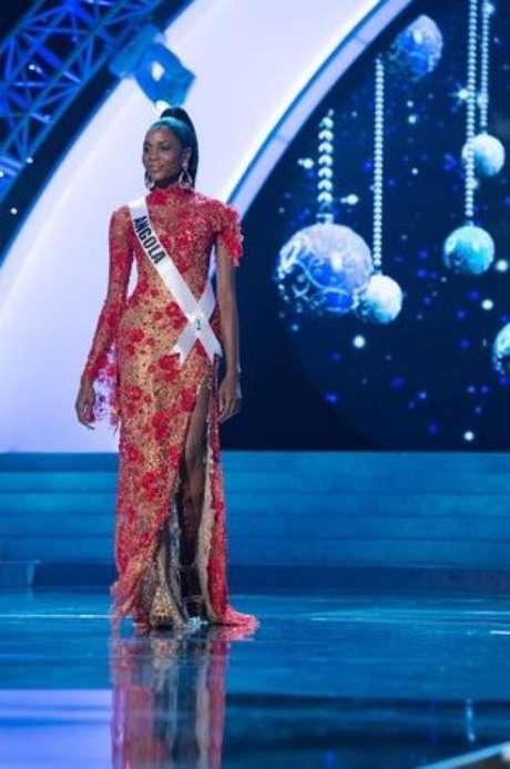 Miss Angola fue la primera en salir a la pasarela de rojo la noche de la preliminar. Ella optó por combinar lo clásico con lo moderno al llevar un vestido con encajes que dejaba su pierna al descubierto. Pero el brocado en todo el diseño lo hacía ver cargado.