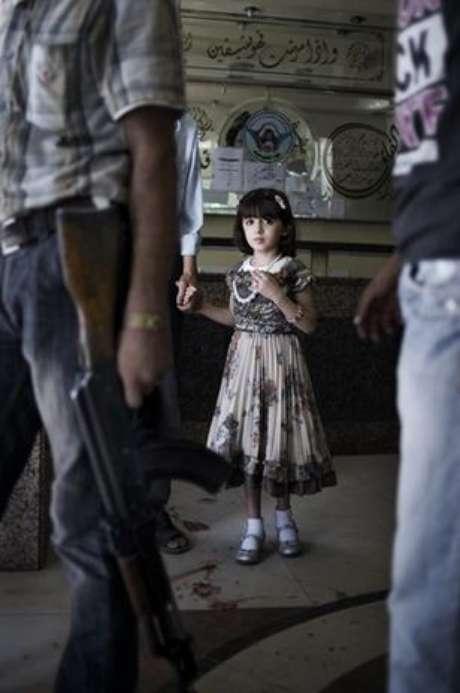 """<p>Una niña que mira atemorizada a un hombre con un rifle Kalashnikov en la sala de un hospital de Siria con el suelo manchado de sangre: es la """"foto del año"""" elegida por Unicef para 2012.</p><p>La imagen tomada por el fotógrafo italiano Alessio Romenzi en un hospital de Aleppo ganó el concurso internacional del Fondo de Naciones Unidas para la Infancia, anunció el organismo hoy en Berlín.</p>"""
