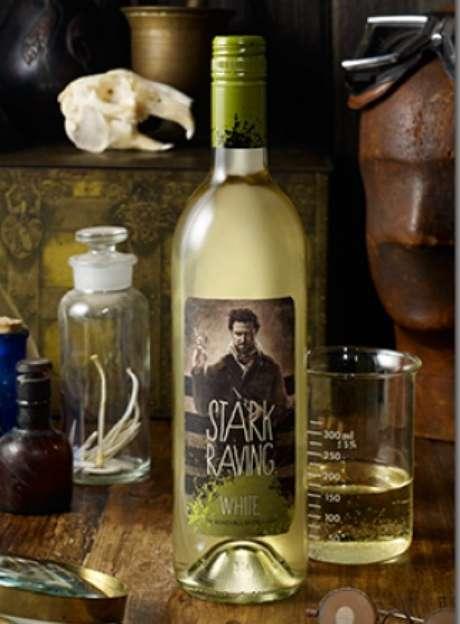 <strong>STARK RAVING WHITE: </strong>Con claridad singular y gusto no-convencional, este vino blanco abre con aromas vibrantes de durazno fresco y peras recién cortadas y que termina con notas de uva moscatel. De principio a fin, el paladar es amplio e invitante, con balance de exquisita fruta y acidez brillante.