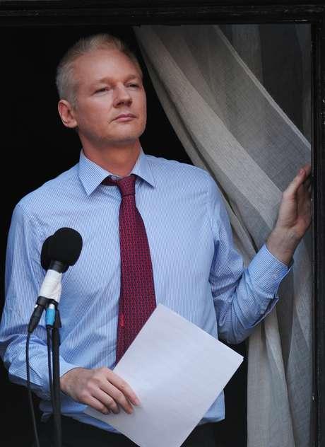 <p>Julian Assange está refugiado na embaixada do equador em Londres desde junho do ano passado</p>