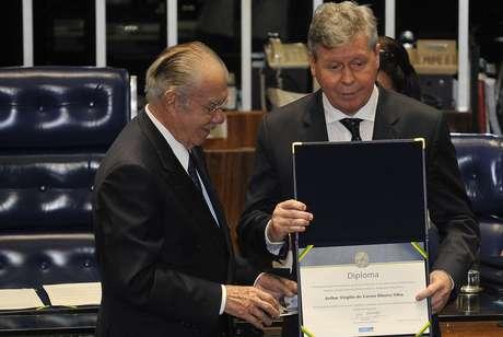 O presidente do Senado, José Sarney (esq.), entrega a Arthur Virgílio Neto o diploma e o broche de identificação em nome de seu pai, Arthur Virgílio Filho, senador cassado pela ditadura