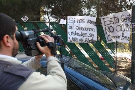 Desde muy temprano, los aficionados rojinegros se manifestaron en contra de la llegada de Omar Bravo, ya que no olvidan la forma en la que festejaba ante Atlas.