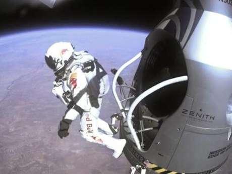 Fotografía cedida el 16 de octubre por Red Bull Stratos, que fue tomada por una cámara montada en la cápsula, que muestra al austríaco Felix Baumgartner mientras salta fuera de esta, durante el último vuelo tripulado para Red Bull Stratos en Roswell, Nuevo México, Estados Unidos.
