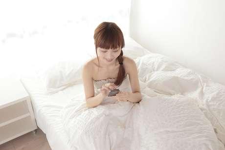 El noventa por ciento de la Generación Y, encuestados en todo el mundo, dijo que la consultar de mensajes de texto, correos electrónicos y actualizaciones en las redes sociales en sus dispositivos móviles es la forma de empezar el día, a menudo incluso antes de levantarse de la cama.