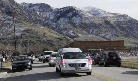 El cuerpo de Emilie Parker, de 6 años de edad, es trasladado al cementerio para darle sepultura.