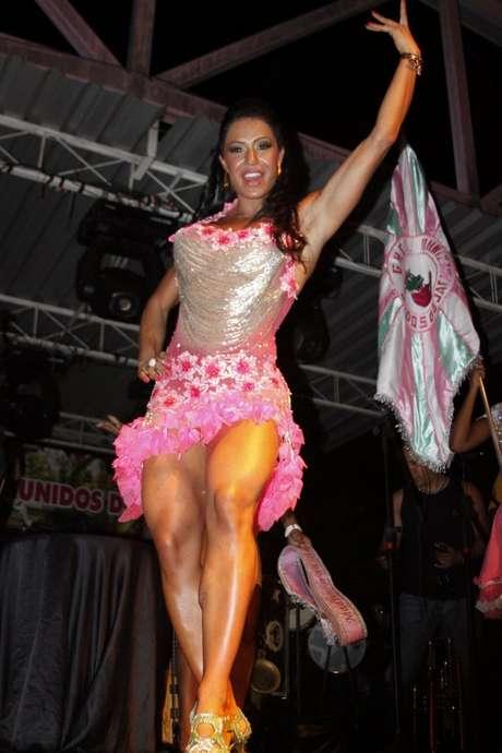 Gracyanne Barbosa estava na quadra daUnidos de Jacarezinho, na noite de sábado (20)