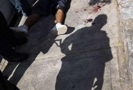 """Dos hombres y una mujer policías fueron arrestados """"por su presunta responsabilidad en los delitos de tortura, abuso de autoridad, uso ilegal de fuerza pública"""", dijo la fiscalía en un comunicado."""