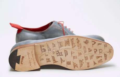 El zapatero inglés Dominic Wilcox diseñó un calzado que tiene un lector de GPS incorporado en el talón izquierdo. Quienes los usen debe conectar su destino en un programa de computadora y luego subirlo al zapato a través de un cable de USB.