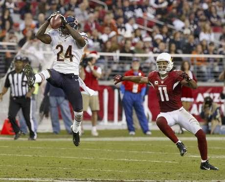 El cornerback de los Bears de Chicago Kelvin Hayden (24) intercepta un pase delante del wide receiver de los Cardinals de Arizona Larry Fitzgerald (11) en la segunda mitad de un partido de la NFL el domingo, 23 de diciembre del 2012.