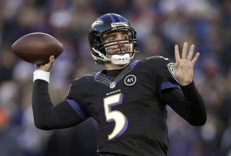 El quarterback Joe Flacco, de los Ravens de Baltimore, lanza contra los Giants de Nueva York, en la primera mitad del juego del domingo 23 de diciembre de 2012, en Baltimore.