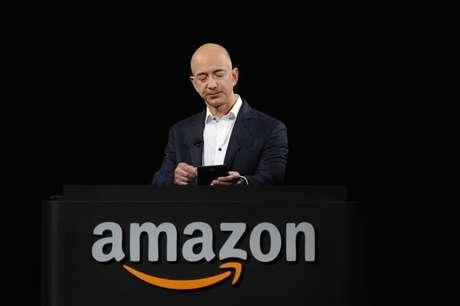 <p>O CEO da Amazon, Jeff Bezos, em demonstração do Kindle Paperwhite em setembro de 2012</p>