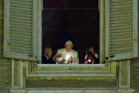 Decenas de peregrinos llegan al Vaticano para escuchar la misa ofrecida por el papa, Benedicto XVI.