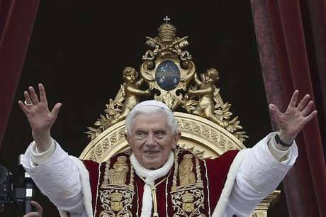 "Pope Benedict XVI (C) waves as he blessed the crowd as he makes his ""Urbi et Orbi"" (To the city and the world) address from a balcony in St. Peter's Square in Vatican December 25, 2012."