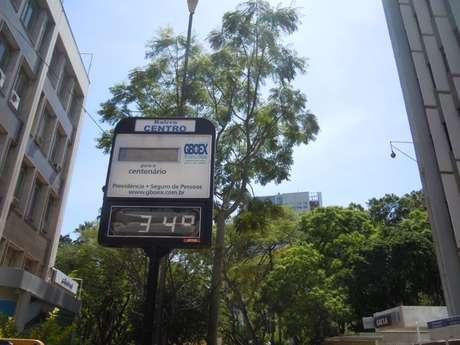 No meio da manhã desta terça-feira, termômetro de rua na praça da Alfândega, no centro de Porto Alegre, já marcava 34°C