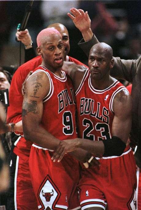 Sorprendentemente, Chicago Bulls de Michael Jordan sólo aparece una vez en la lista, ganando 18 partidos consecutivos en la temporada 1995-1996, aunque terminarían la campaña con una marca de 72-10, el mejor porcentaje de triunfos en la historia de la liga.