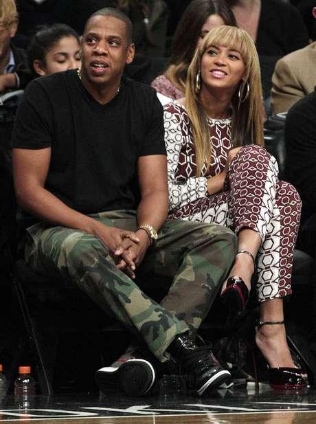 Una de las parejas más poderosas de la farándula,Jay-z y Beyoncé, también tienen responsabilidad filantrópica. Jay está involucrado con la Shawn Carter Scholarship Foundation a favor de la educación, mientras la cantante ayuda a víctimas de desastres naturales y pacientescon SIDAcon la Survirvor Foundation.