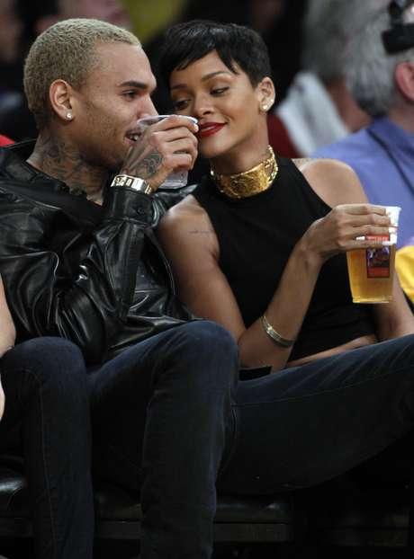 Tras los rumores de reconciliación, Rihanna y Chris Brown se dejaron ver estelunes juntos de nuevo en el partido de la NBA que enfrentó a Los Ángeles Lakers contra los New York Knicks. La gran pregunta es qué se trae entre manos la cantante con el rapero y si estas fotos son la confirmación de una nueva oportunidad.