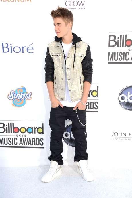 Justin tiene un look muy definido un pantalón ancho y ropa un poco holgada. Acá lo vemos con un chaquelo y saco de capota.<br />