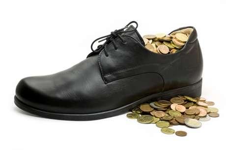 Si prefieres no usar monedas y colocar un billete dentro de tu zapatos, puedes hacerlo. La variación no afecta el ritual.