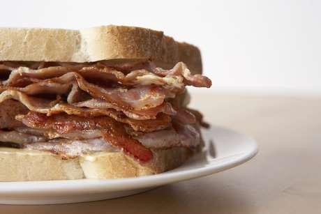 Sándwich de tocino: Puede parecer contradictorio, pero el tocino contiene aminoácidos que ayudan a sanar los efectos del alcohol sobre el cerebro.<br />