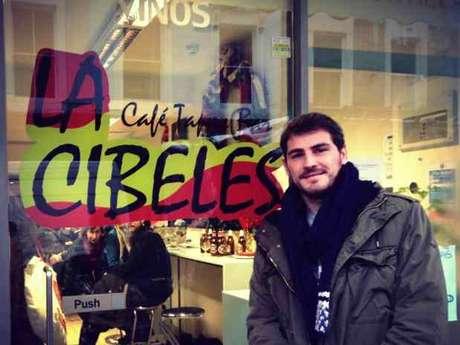Iker Casillas delante del bar 'La Cibeles' en Londres