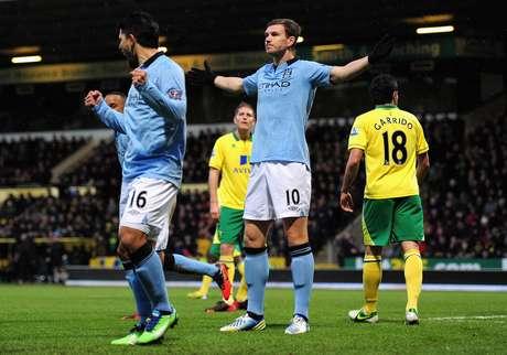 Dzeko marcou duas vezes em quatro minutos na vitória do City sobre o Norwich