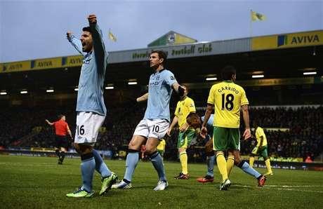 Dzeko (C), do Manchester City, comemora gol marcado contra o Norwich City durante partida do campeonato inglês em Norwich. Edin Dzeko brilhou neste sábado na vitória do Manchester City por 4 a 3 sobre o Norwich, mas o Manchester United também ganhou e manteve a liderança do campeonato inglês. 29/12/2012