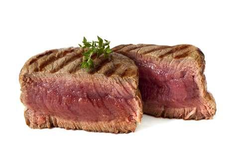 <strong>Carne vermelha: </strong>um jantar com carne vermelha pode parecer ideal para uma noite romântica, mas esse alimento é gorduroso e faz com que seu corpo foque as energias em digeri-lo. Assim, você vai se sentir cansada e com sono antes mesmo que o clima esquente