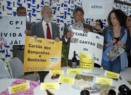 Parlamentares fazem ato, em 2008, logo após o escândalo dos cartões corporativos ganhar as manchetes