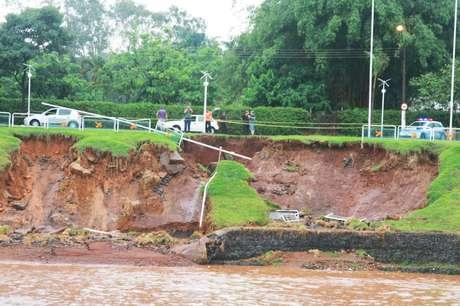 Parte do solo da avenida Brasil cedeu por conta da forte chuva de domingo em Americana