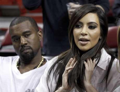 Kim Kardashian, derecha, habla mientras el rapero Kanye West, izquierda, la escucha antes de un partido de la NBA entre el Heat de Miami y los Knicks de Nueva York en esta fotografía de archivo del 6 de diciembre de 2012, en Miami. West anunció en un concierto el domingo 30 de diciembre de 2012 que su novia Kardashian está embarazada.