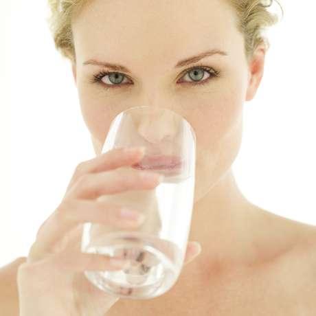 A falta de água faz a pele se contrair e pode causar acne