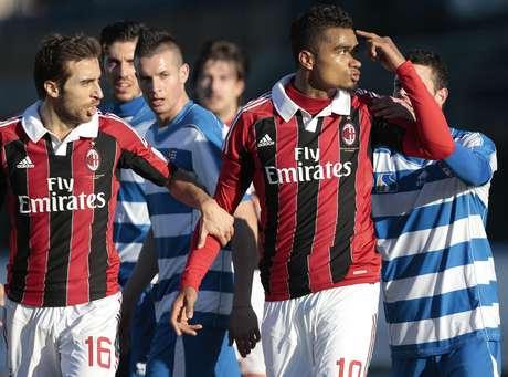 Los rossoneros levantaron muestras de admiración tras dejar el campo por actos racistas