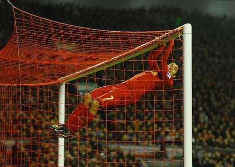 CUARTA SEMANA: Una nueva rutina. Luis Suárez, de Liverpool, juega en el travesaño después de una oportunidad perdida durante el partido de la Premier League entre el Liverpool y Sunderland en Anfield el 2 de enero de 2013 en Liverpool, Inglaterra.