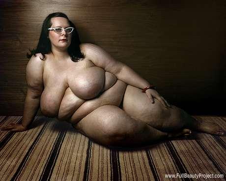 """El fotógrafo italiano Yossi Loloi encabeza el proyecto """"Full Beauty"""" que muestra la belleza desnuda de mujeres con obesidad mórbida. El profesional de la imagen refiere que su trabajo proyecta que hay libertad de gustos y que la belleza puede tener diferentes formas. Las mujeres que posaron en las fotografías pesan más de 150 kilogramos y con cada pose calculada por Loloi protestan contra la discriminación impuesta por la sociedad.<br />"""