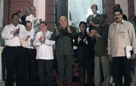 La cúpula del gobierno venezolano se hallaba este jueves en La Habana, según las últimas informaciones, y aún continúan la incógnita sobre qué ocurrirá si Chávez no puede estar presente en el país sudamericano para tomar su cargo.<br />
