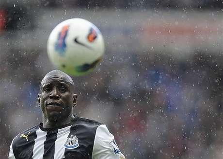 Demba Ba, do Newcastle United, olha a bola durante partida contra o Stoke City pelo Campeonato Inglês, em Newcastle, em abril de 2012. O Chelsea fechou a contratação de Demba Ba junto ao Newcastle por um valor não revelado por 3 anos e meio. 21/04/2012