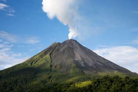 Grandiosidade e mistério de oito vulcões inativos e dormentes atraem aventureiros para o Caribe