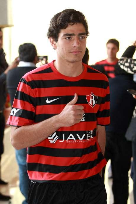 """Fernando Briseño porta el nuevo uniforme """"rojinegro"""" del conjunto tapatío, muy similar al de dicha campaña."""