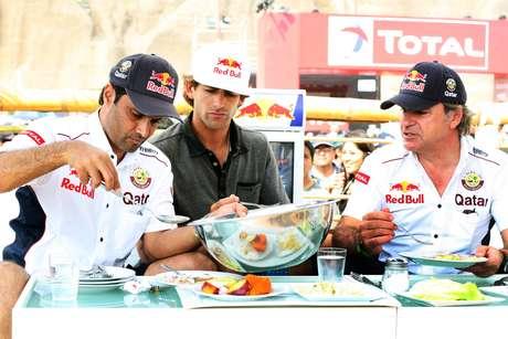 El piloto Nasser Al-Attiyah, el surfista peruano Gabriel Villarán junto al español Carlos Sainz disfrutaron del cebiche, plato típico peruano que no está incluido en el menú del Dakar.