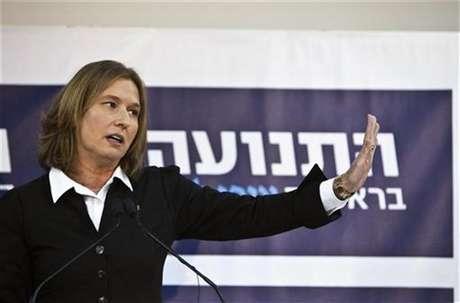 Former centrist Israeli Foreign Minister Tzipi Livni gestures during a news conference in Tel Aviv November 27, 2012.