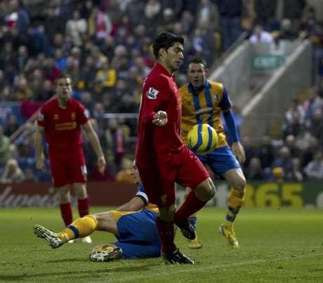 El uruguayo Luis Suárez del Liverpool, en el medio, anota un gol ante Mansfield por la Copa FA el domingo 6 de enero de 2013.