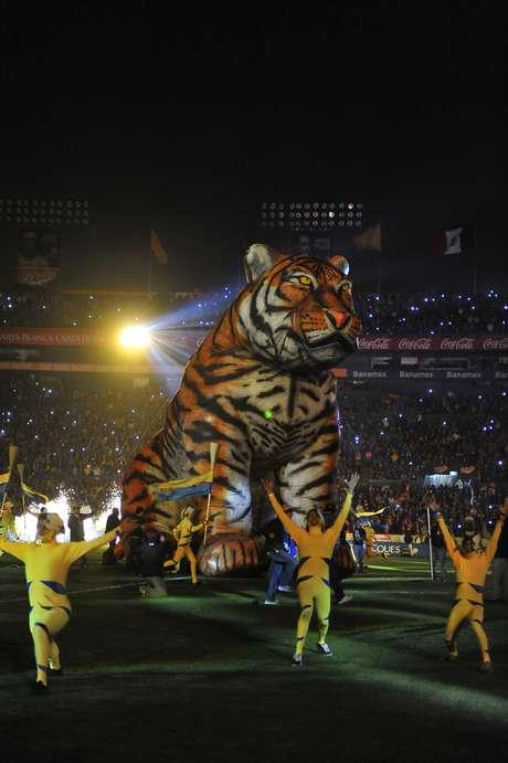 Una emotiva ceremonia tuvo el equipo de Tigres en el Clausura 2013, que después complementó con una goleada sobre Jaguares.