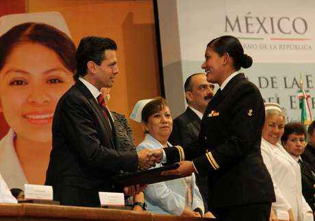 El Presidente Enrique Peña Nieto encabezó la Ceremonia Conmemorativa del Día de la Enfermera y del Enfermero 2013, acto en el que hizo un llamado a todos los mexicanos a estar enterados acerca de los alcances de la reforma educativa, a fin de evitar distorsiones, especulación o desinformación.<br />