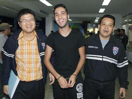 El argelino Hamza Bendelladj compareció sonriente y esposado en una rueda de prensa en Bangkok<br />