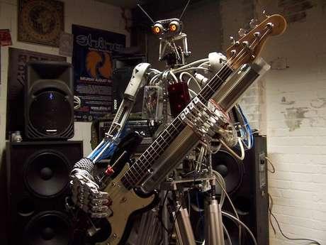 Bones, o baixista: vídeo com robôs tocando 'Ace of Spades' virou hit