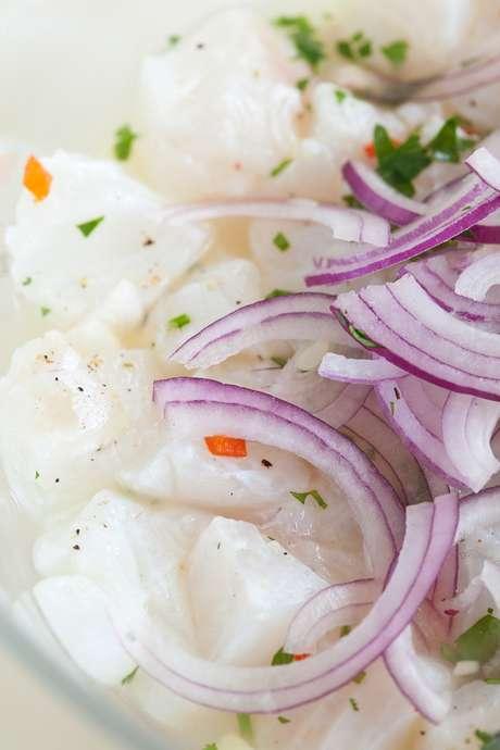 Menu do restaurante Wils Tropical Grill, na capital Kralendijk, conta com salada caesar, atum fresco, ceviche e camarão grelhado com tomate cereja