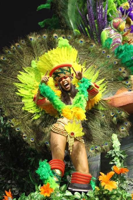 Jovem faz festa no desfile da Tom Maior